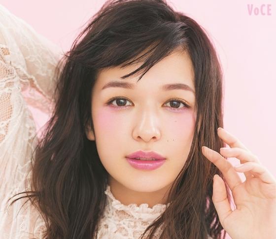 春のトレンド顔は青みを効かせたシャイニーメイク | VOCE