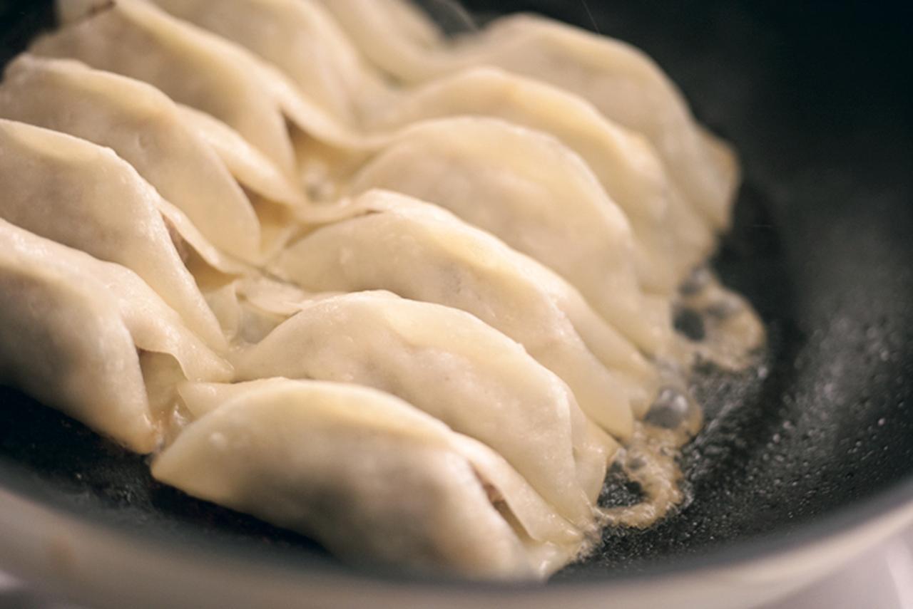 中国では焼き餃子は 屋台でつまみ感覚で食べるんです