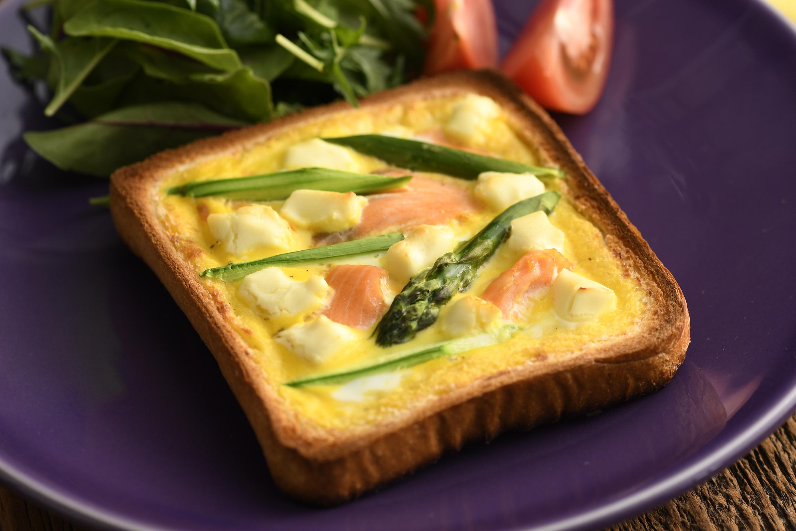 食パンに流し込むだけ! 簡単、おしゃれな「キッシュトースト」 [Spooonn!]