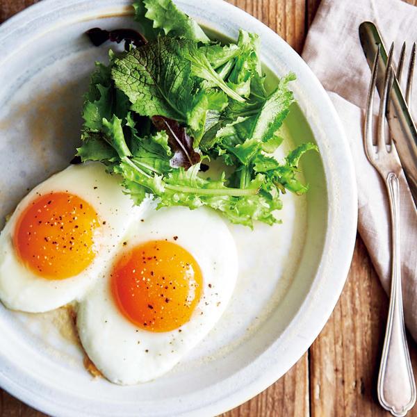 おなじみの料理がこのひと手間で大変身。濃厚目玉焼き&簡単だし巻き卵サンド [with]