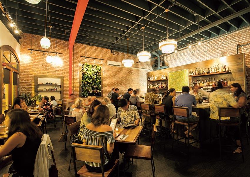 高い天井の赤煉瓦倉庫をリノベしたニューアメリカン料理のお店