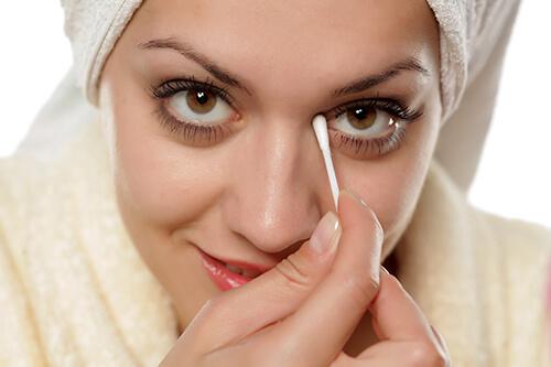 目薬と綿棒で汚れをオフ
