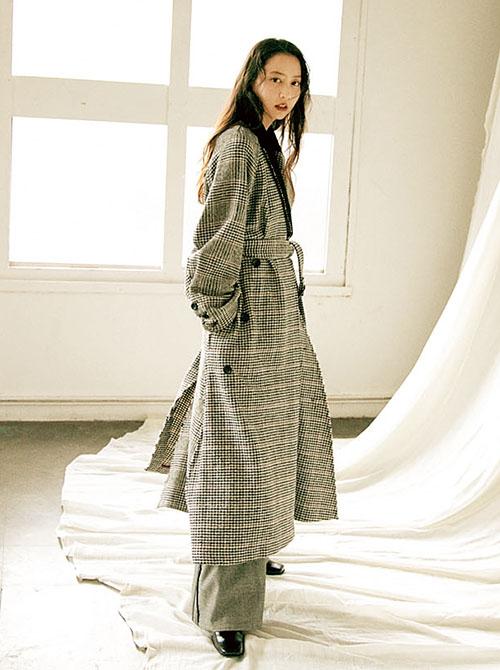 ロングコートを着た河北麻友子