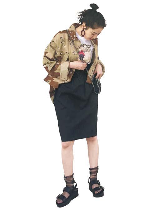 存在感のある黒無地スカートはストリートMIXに!