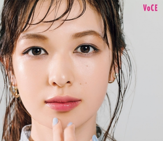 【アラサーの夏メイク】濃厚青みピンクのリップ×コンサバアイで夏の美人顔! [VOCE]