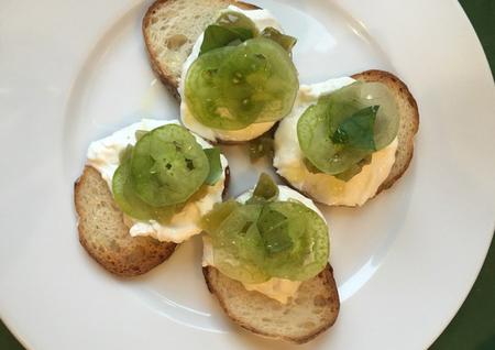 6月  イタリア料理店で「青トマトのジャムとリコッタチーズのブルスケッタ」を