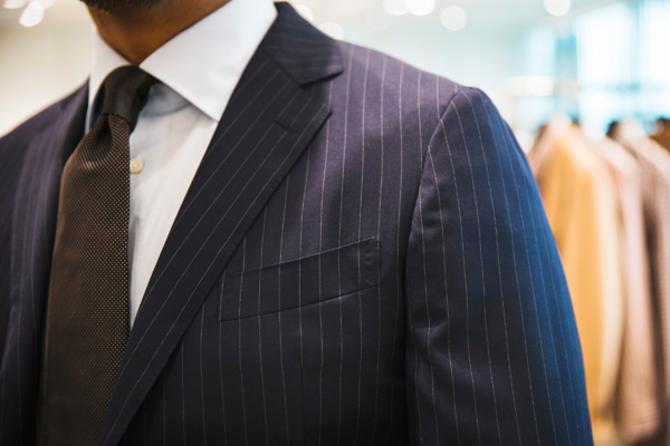 ピンストライプのスーツは、体格のよい男性をすっきり見せてくれる